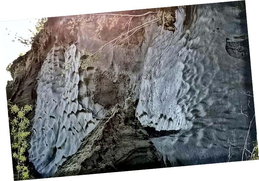 Крижані клини тундри, піддані ерозії річки