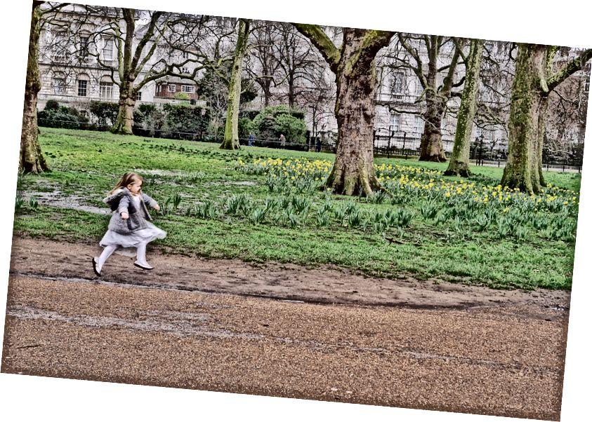 Một cô gái nhỏ đang tận hưởng mùa xuân ở London, Anh.