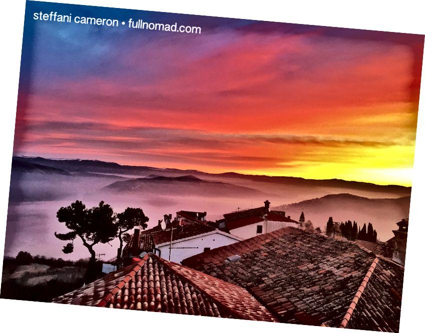 Quyết đoán lạc quan. Trong vòng ba tuần, công việc viết lách của tôi sẽ biến mất và đồng đô la Canada chao đảo. Mặt trời mọc từ cửa sổ đầu giường của tôi ở Motovun, Croatia, ngày 30 tháng 11 năm 2015.