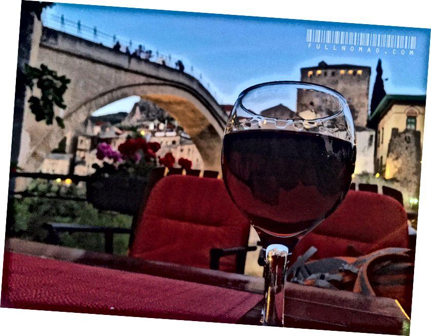 Між важкими часом настають чудові моменти, як насолоджуватися келихом вина біля неймовірного мостарського мосту в Боснії в теплу червневу ніч.