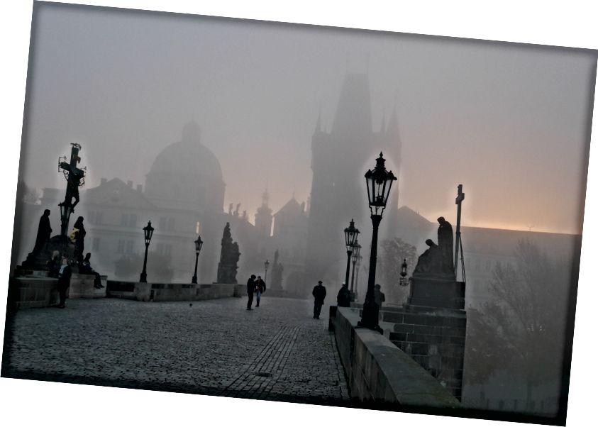 Một mục khác trong danh sách xô - chụp ảnh Cầu Charles của Prague vào lúc bình minh với sương mù. Kiểm tra. Việc tôi trở lại du lịch sau cái chết của cha tôi là sự buồn vui lẫn lộn này.