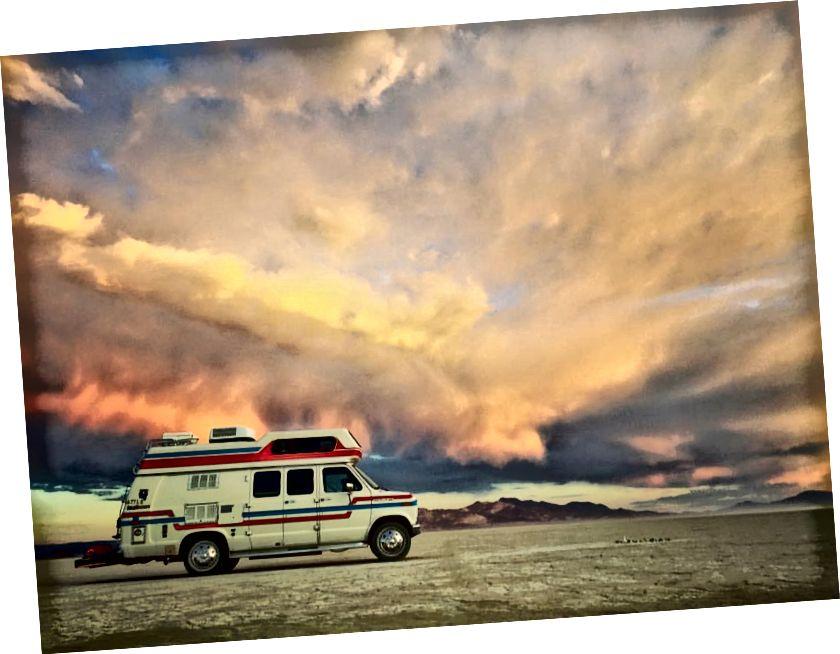 Фургон на пустелі Чорні скелі.
