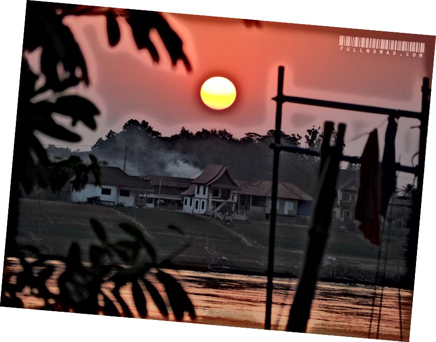 Nơi tôi ở ngay phút này, cuộc sống trên sông Mê Kông. Tôi ở phía Thái Lan gần một thành phố tên là Nong Khai, và ngôi nhà đó ở Lào, một trong những quốc gia nghèo nhất thế giới. Những nơi như thế này đặt những gì chúng ta tìm kiếm, cần và muốn vào quan điểm.