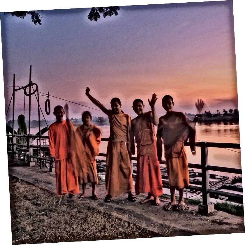 Ці монахи-початківці кажуть, йо, повірте. І з Новим роком.