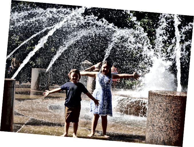 Діти грають у фонтані