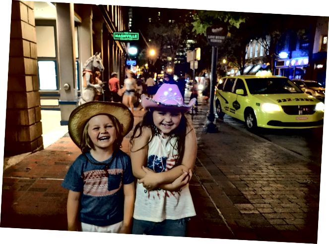 Діти, які насолоджуються нічним життям у Нешвіллі, Техас