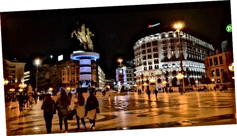 Makedonia Square, med det nydelige Marriott Hotel og Alexander den store statuen til en verdi av $ 7,5 millioner