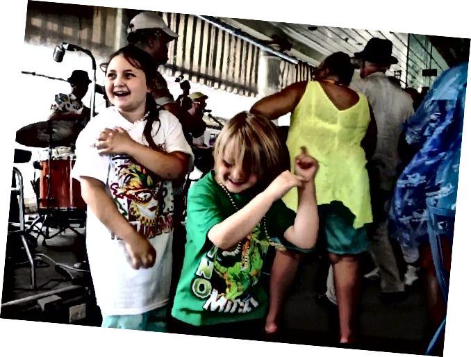 Діти заважають жити джазом, шукаючи притулок від дощової бурі у Французькому ринку кафе, Новий Орлеан, штат Лос-Анджелес