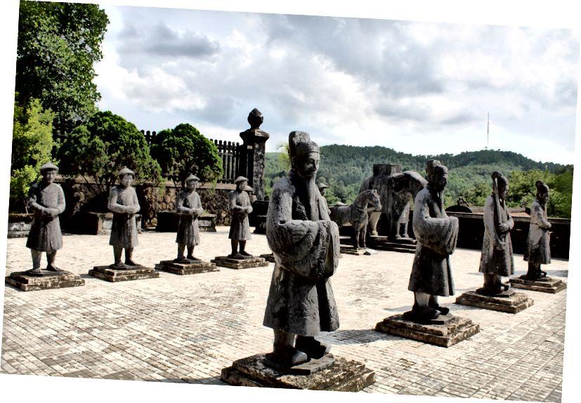 Всередині Могила Хан Діна, Хуе