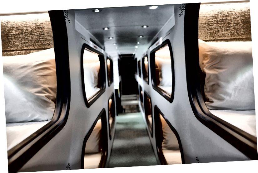 Cabin ngủ riêng với rèm riêng, màn chắn sáng, điện, wifi, đèn đọc sách, lỗ thông hơi và khăn trải sang trọng