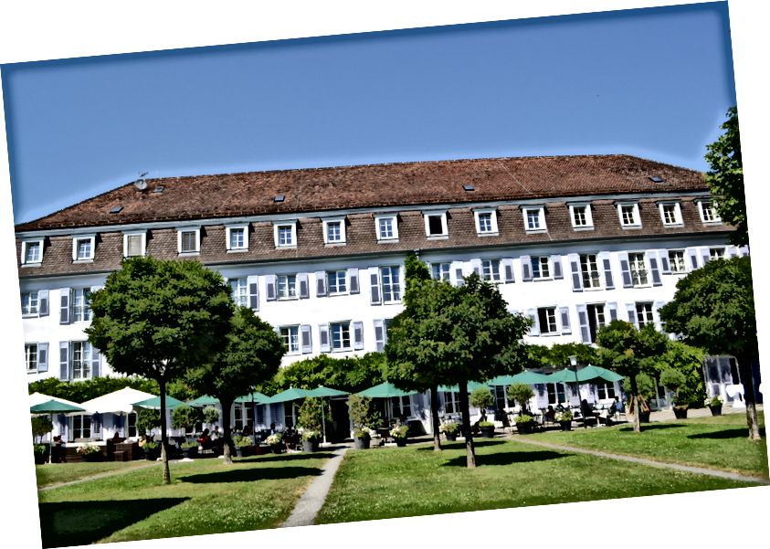 Çim güzel Überlingen bir otelin önünde. Kandırılmayın, şehir ne olursa olsun, çim Almanya'nın her yerine böyle görünüyor.