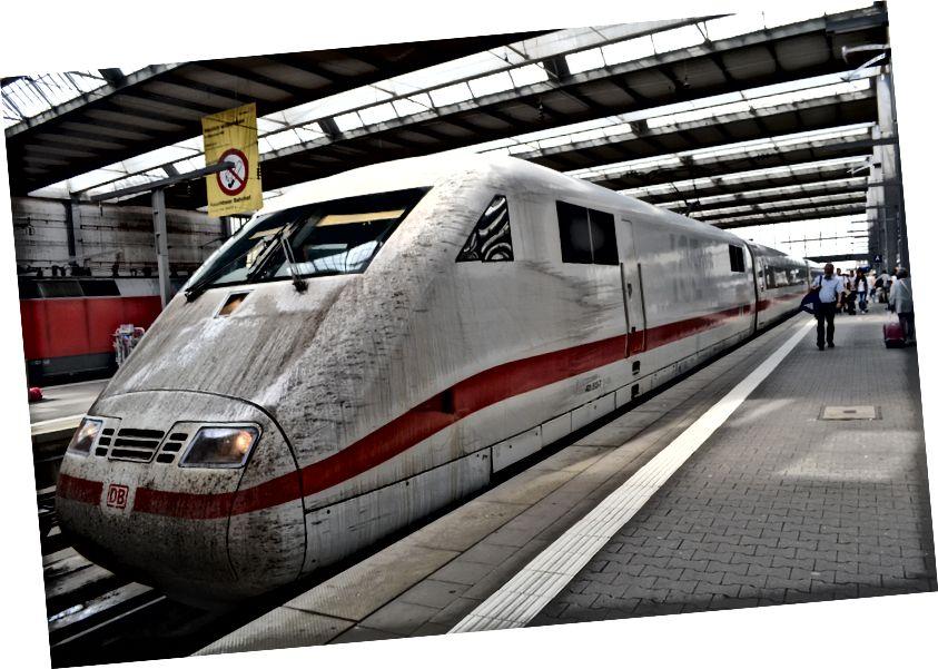 Beni Ulm'den Münih'e götüren yüce ICE Alman hızlı treni. Tek kelimeyle muhteşem! Neredeyse unuttum: Trenin önü temizlenene kadar tuvalete gidip geri dönmem 3 dakika sürdü.