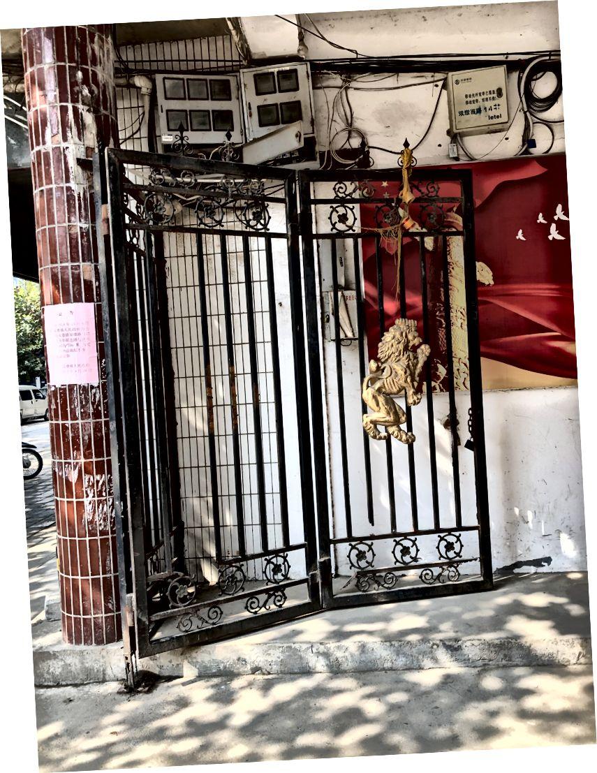 جیسا کہ گلی (بائیں) اور گیٹ کے دروازے (دائیں) سے دیکھا جاتا ہے۔ پوسٹوں پر گلابی پھسلیاں درج ہیں کہ آفس نے ابھی محل وقوع منتقل کردیئے ہیں۔