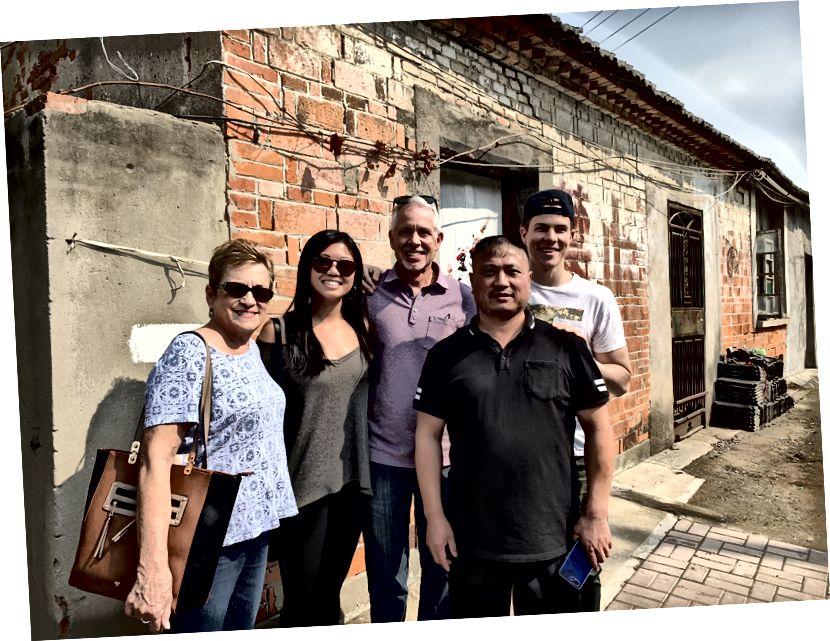 Unser Foto mit dem Hausmeister und Nachbarn des alten Mannes.