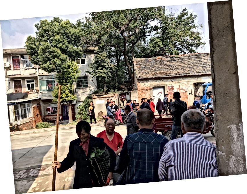 Die Menge vor dem Haus des alten Mannes, als wir gingen.