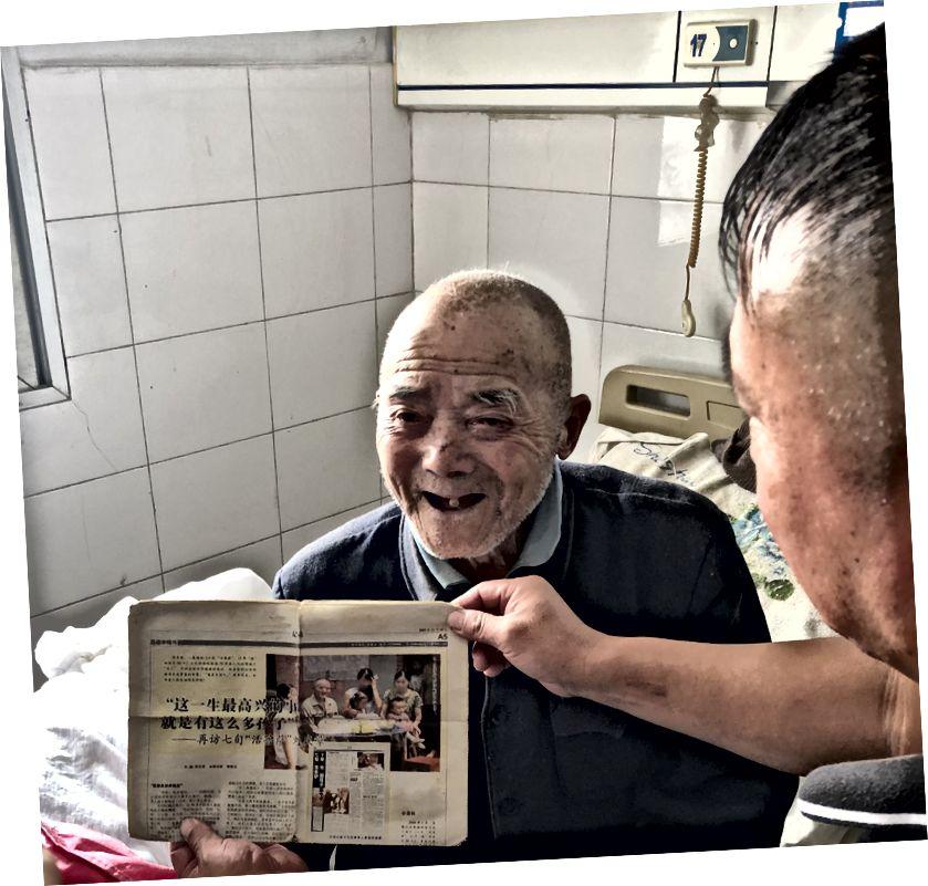 Der alte Mann posiert mit einem der Artikel.