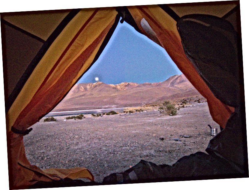 Sabah mükemmel dağımın içinden dağların üzerinden ay ayarı.