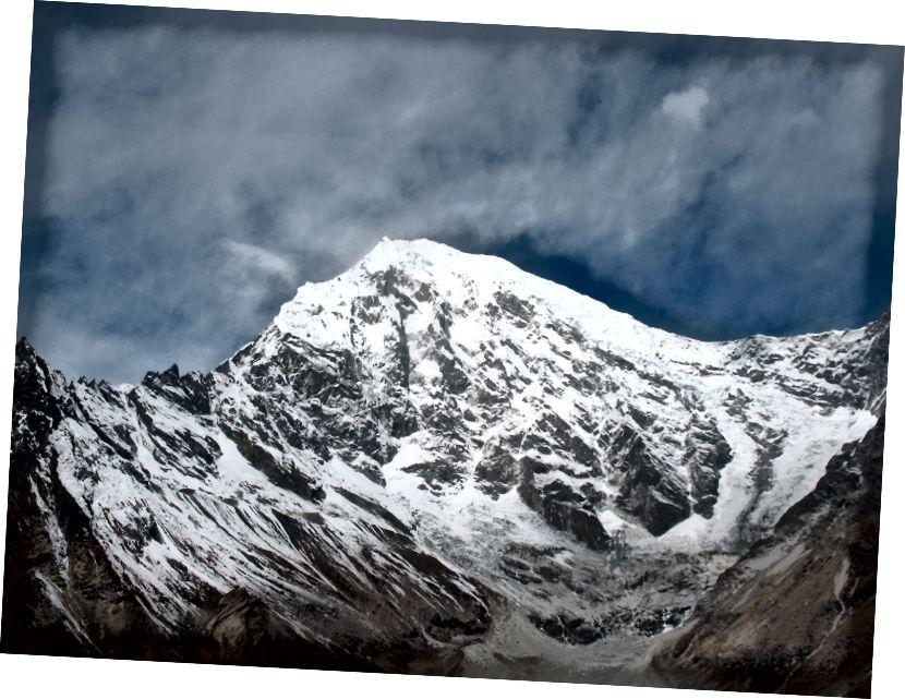 Langtang Lirung (7 227 m) koos oma liustikega Kyanjin Ri II (4779 m) poolt vaadatuna