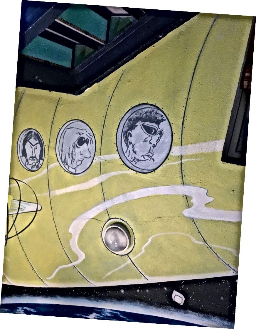 Tất cả chúng ta đều sống trong một chiếc tàu ngầm màu vàng. Nhà nghỉ, cũng nằm ở trung tâm thành phố, được gọi là Itaca. Nhân viên siêu thân thiện! (Anh chàng, người đang lau sàn nhà trong khi tôi đang tắm, mời tôi đi uống bia với anh ta - lúc 10 giờ sáng.)