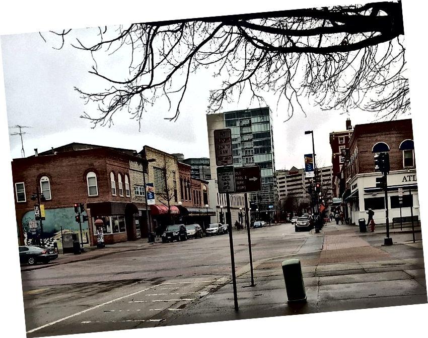 Fotoğraf: Ben - Iowa City'deki kaldırımda yürürken telefon kameramı kullanma