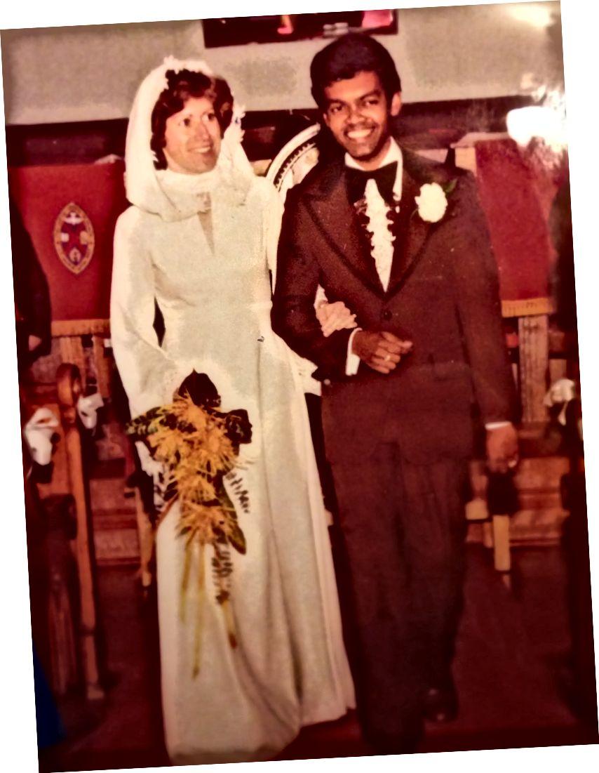 Mijn vader en moeder kijken vliegen op hun trouwdag.
