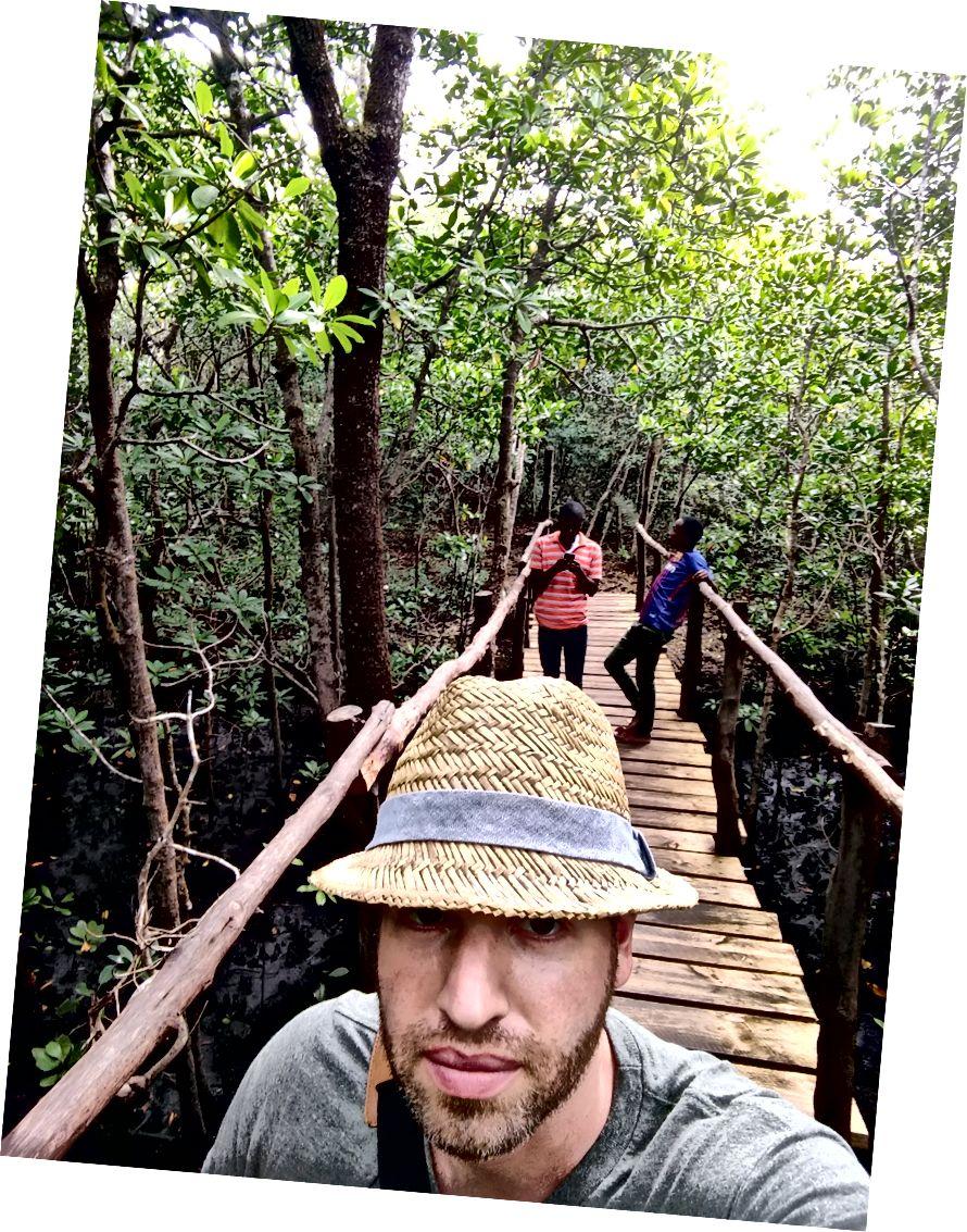 За мною був капітан і водій. Ніколи раніше не бачив мангрового лісу, тому вони робили багато селфі для публікації у Facebook.