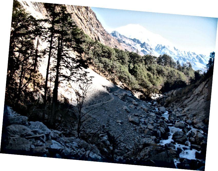 Maavärinast mõjutatud rada, mille taustal on kaunis Langtang Lirung