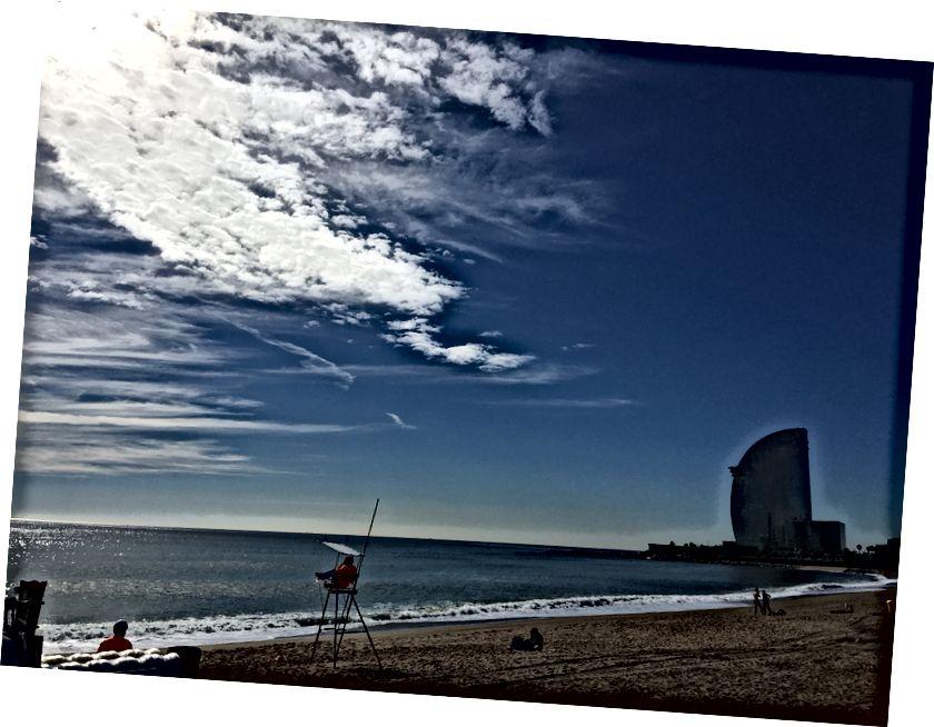 Beach Boy: Bên phải khách sạn W ưa thích, nơi đồng nghiệp của tôi, Joulia từng làm việc.