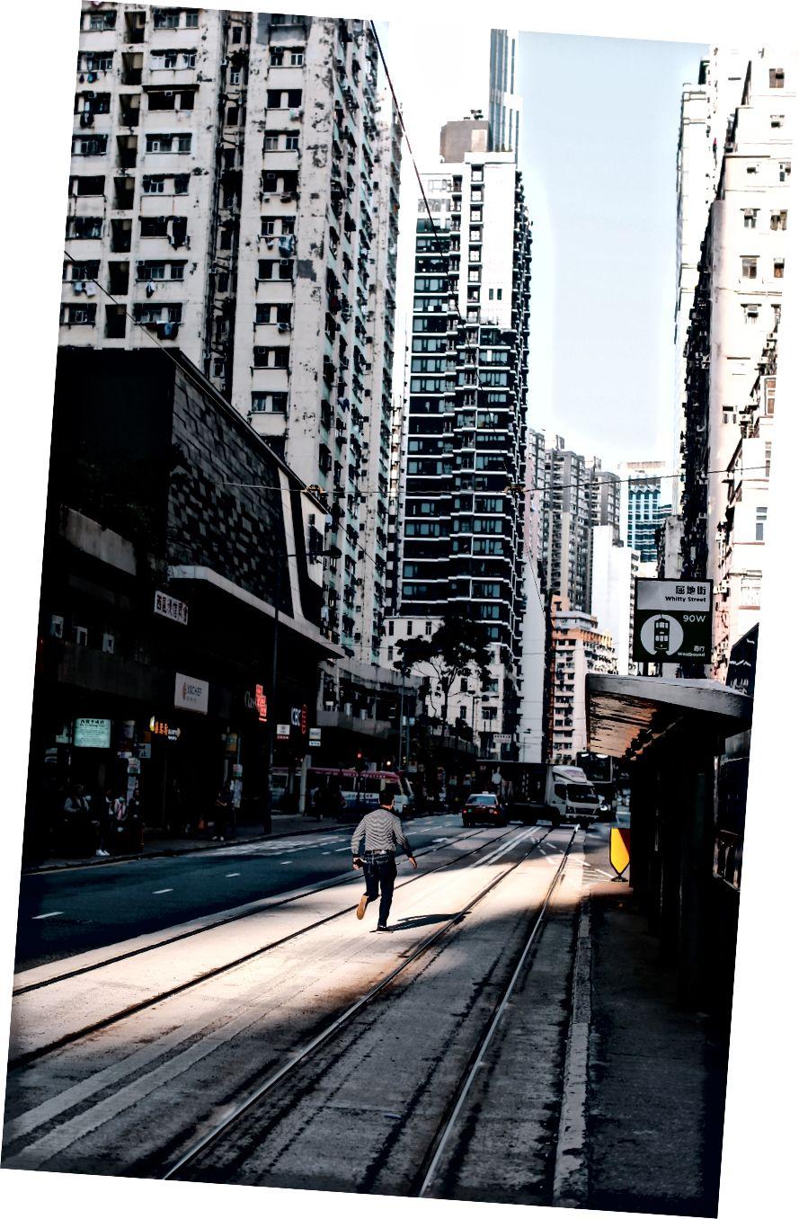 Người người chạy dọc theo xe điện theo dõi bởi Yu-Heng Chiu trên Bapt