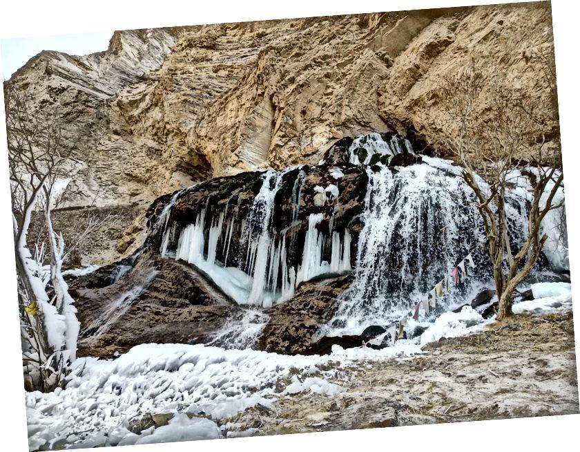 Một nửa thác nước đóng băng