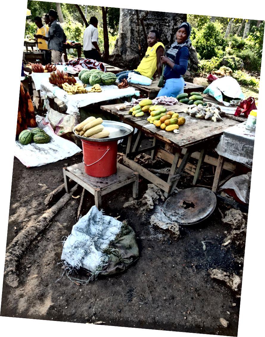Зліва: насіння мангрового дерева. Справа: невеликий ринок поза національним парком. Я їв кокос.