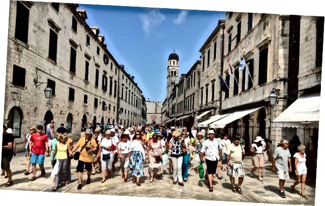 Посетители круизных лайнеров на улицах Дубровника, где камеры сейчас отслеживают количество людей в старом городе. Фото: Muckylucky / Guadian Witness