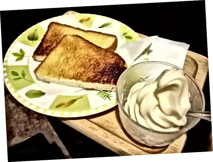 Безкоштовний сніданок в Інтернет-кафе був тост та морозиво (це коштує 50 центів у їхньому меню)