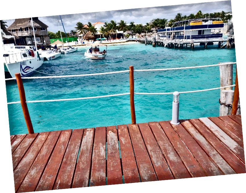 Karayiplerin kristal berraklığında turkuaz suları. Cancun'un Otel Bölgesi'ndeki Playa Tortugas'ta.