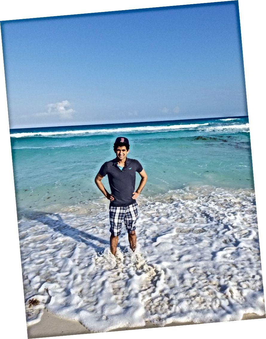 Tôi ở bãi biển trong Khu khách sạn của Cancun.