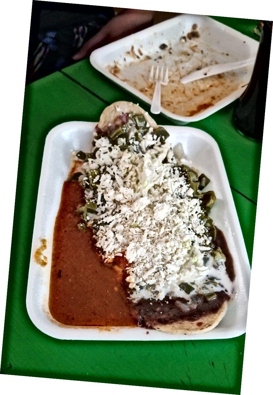Bir huarache (uzun, kızarmış mısır tortilla) nopales (kaktüs yaprakları), püresi fasulye ve peynir ile tepesinde. Harika bir Meksika sokak gıda ve sadece bana 1,50 $ maliyeti! Cancun şehir merkezindeki Quesadillas Tierra del Sol'da.