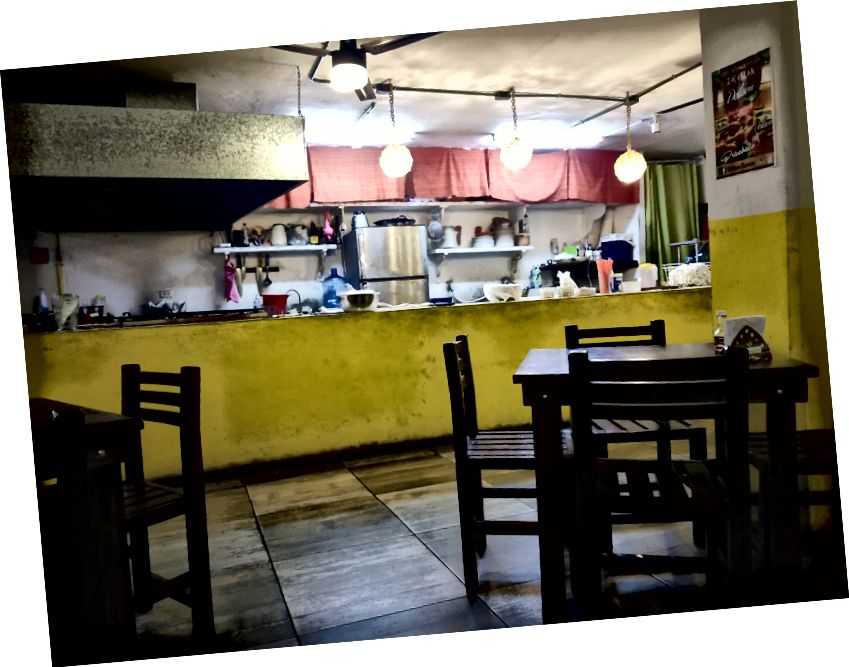 Tacos Oishi, một nhà hàng thức ăn nhanh địa phương nơi họ nướng bánh tortillas ngay trước mắt bạn. Hầu hết các món ăn là khoảng $ 1, quá.