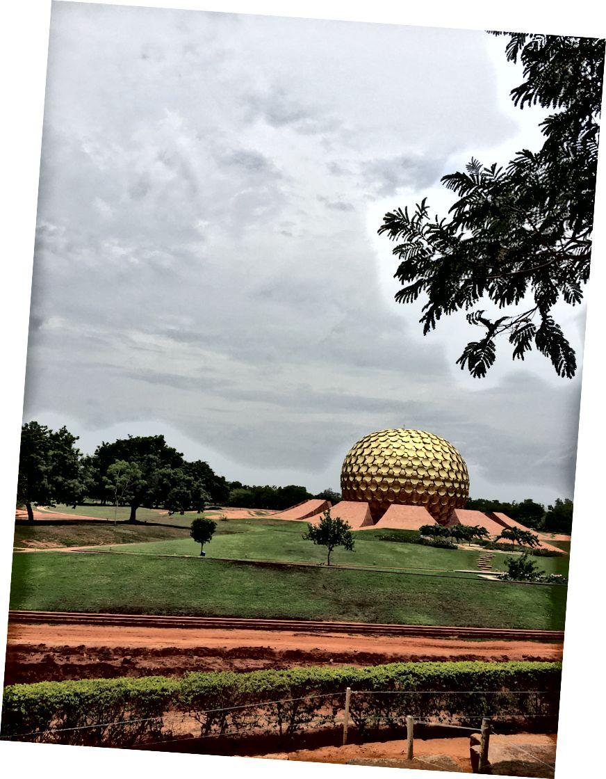 Matrimandir, Auroville, Hindistan. Auroville'in kişinin ruhsal bilincini bulma arayışının sembolü.