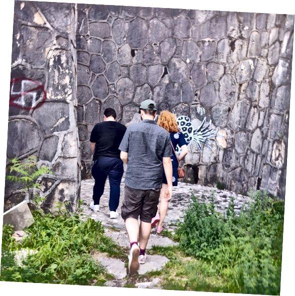 Mostar, Bosna Hersek. Tur rehberim, yarı-Hırvat, yarı-Sırp bir çocuk olarak Balkanlar savaşı sırasındaki deneyimini paylaşmadan önce Partizan Mezarlığı'ndaki tüm yeni çizilmiş facist grafiti görmemizi sağladı.
