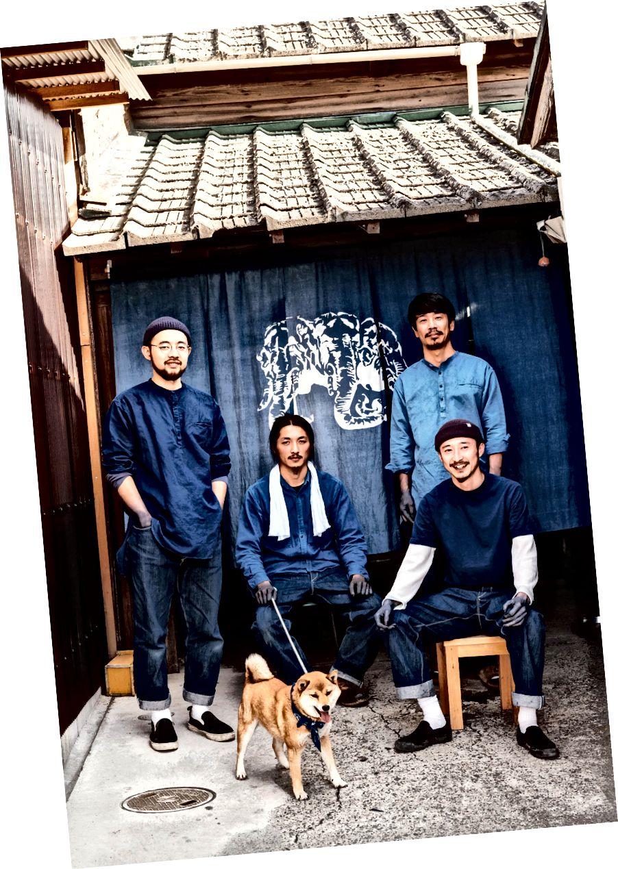 İndigo boyama şirketi Buaisou'nun çocukları ve köpeği. Soldan: Yuya Miura, Sakura ile Kakuo Kaji, Tadashi Kozono ve Ken Yuki.