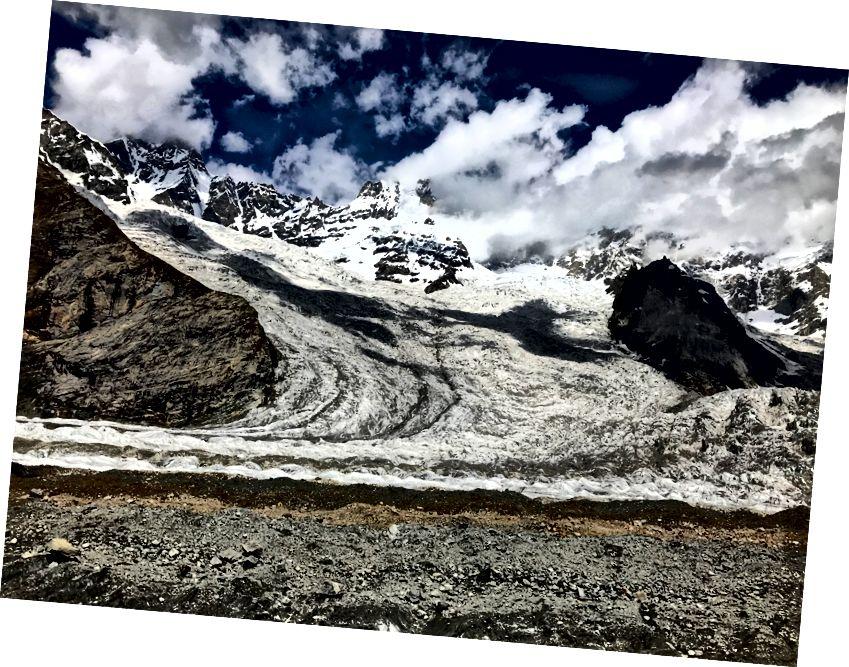 Машабрум у хмарах із льодовиком під ним