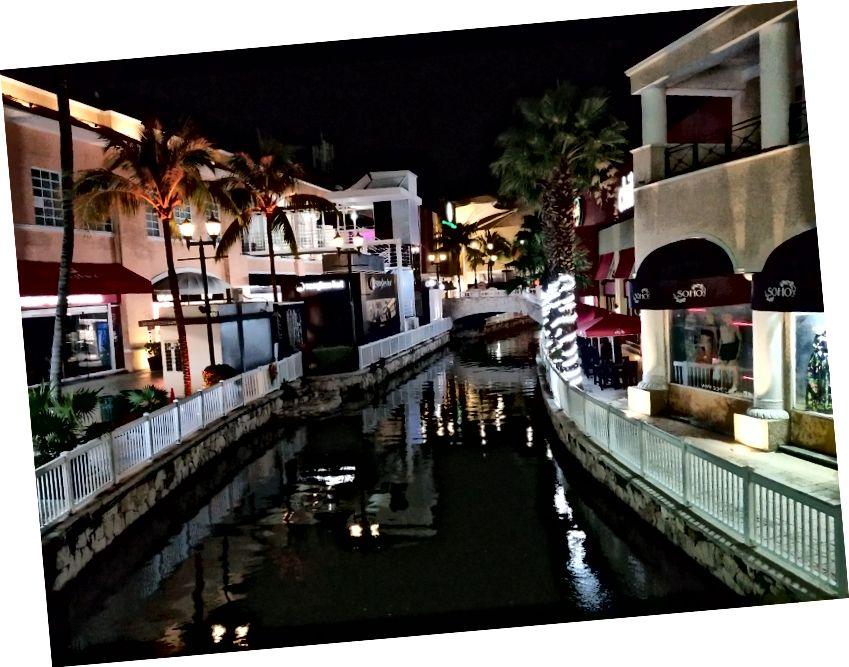 Trung tâm thương mại La Isla. Với kênh rạch, cây cọ và vô số cửa hàng dễ thương, đó là một nơi tuyệt vời để dành một ngày.