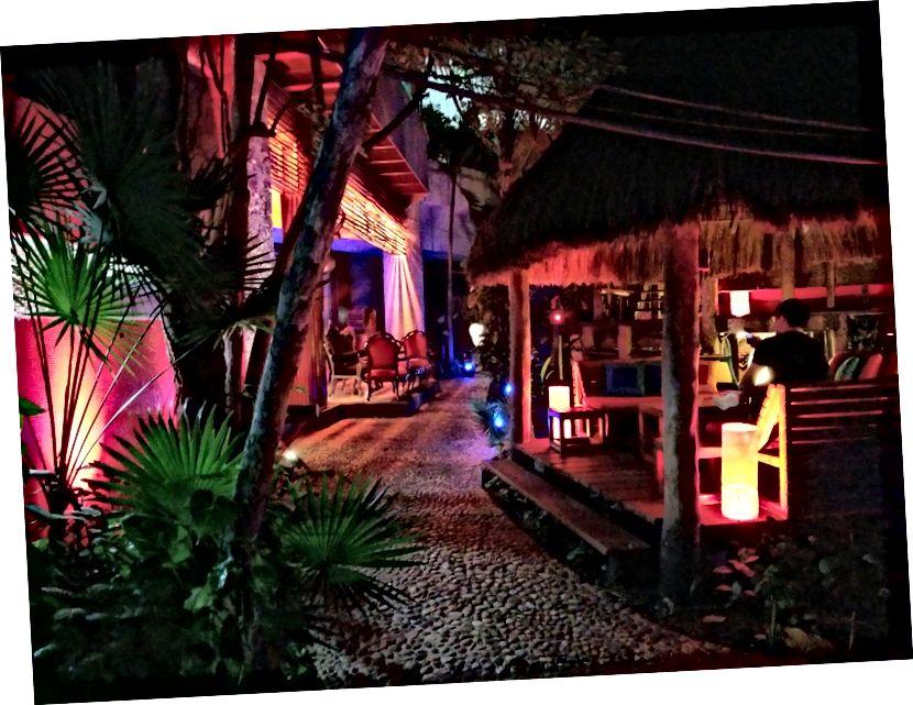 La Isla Mall'da serin bir Tayland restoranı. Herkes böyle küçük kulübelerde yemek yiyor… bir ağaç evine girecek kadar şanslıydık!