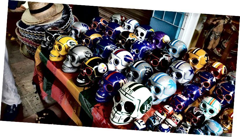 Những chiếc đầu lâu theo phong cách Maya được sơn trông giống như mũ bảo hiểm bóng đá. (Họ có Bills nhưng không phải Eagles? Nghiêm túc?) Tại Mercado 28 ở trung tâm thành phố Cancun.