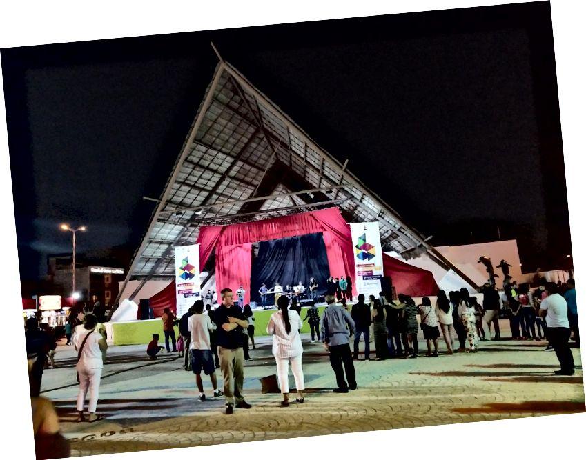 Trung tâm thành phố Parque de las Palapas, nơi tổ chức các buổi hòa nhạc miễn phí, người bán thức ăn đường phố và vô số người dân địa phương hào hứng.
