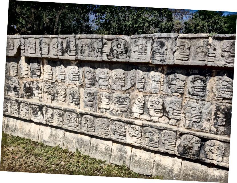 Tzompantli, hoặc giá sọ, tại Chichen Itza. Điều này thể hiện cách thực hành xiên và hiển thị công khai các hộp sọ của các nạn nhân hiến tế.