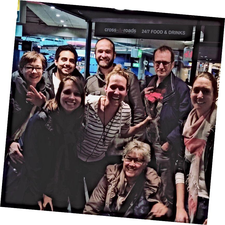 Gia đình và bạn bè đang đón tôi tại sân bay.