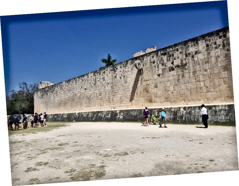 Sân bóng tại Chichen Itza, lớn nhất của Mesoamerica, lớn hơn một sân bóng đá. Các vòng quay cách mặt đất 25 feet. Hãy tưởng tượng bạn đang cố gắng đánh một quả bóng cao su có kích thước bằng quả bóng mềm thông qua cái vòng đó bằng hông của bạn.