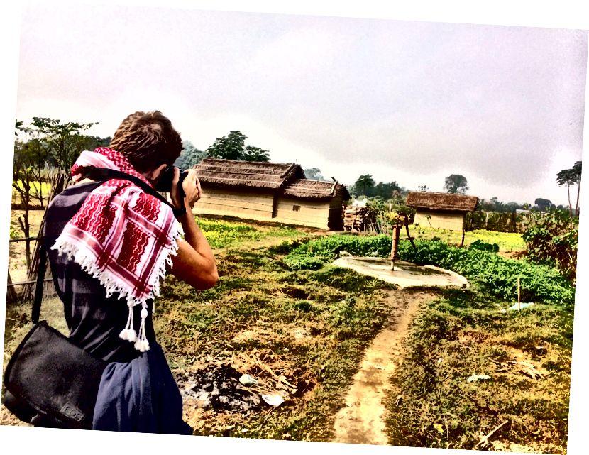 GAdventure'ın Nepal'deki Planeterra projesi sırasında kırsal bir köyün fotoğrafını çekmek