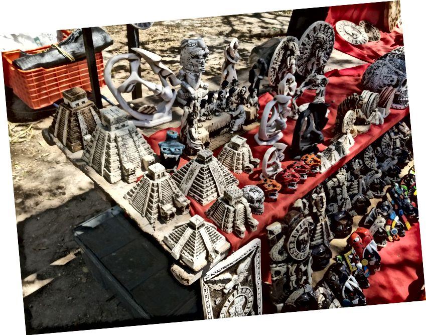 Chichen Itza'da satılık Maya temalı knickknacks.